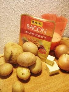 Zutaten für Brændende Kærlighed - Kartoffeln, Butter, Milch, Zwiebeln und Speck