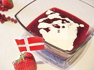 Dänische rote Grütze mit Sahne