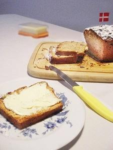 Dänischer Honigkuchen mit Butter bestrichen
