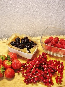 Früchte für Dänische rote Grütze - Erdbeeren, Himbeeren, rote Johannisbeeren und Brombeeren