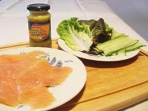 Lachs, Salat und Senfsoße