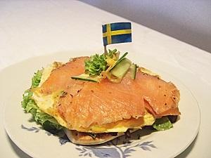 Schwedisches Smörrebröd mit Lachs und Omelett