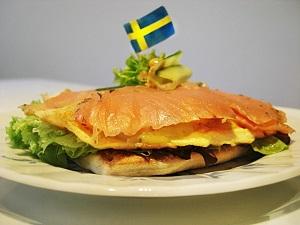 Smörgås mit Lachs und Omelette auf dem Teller